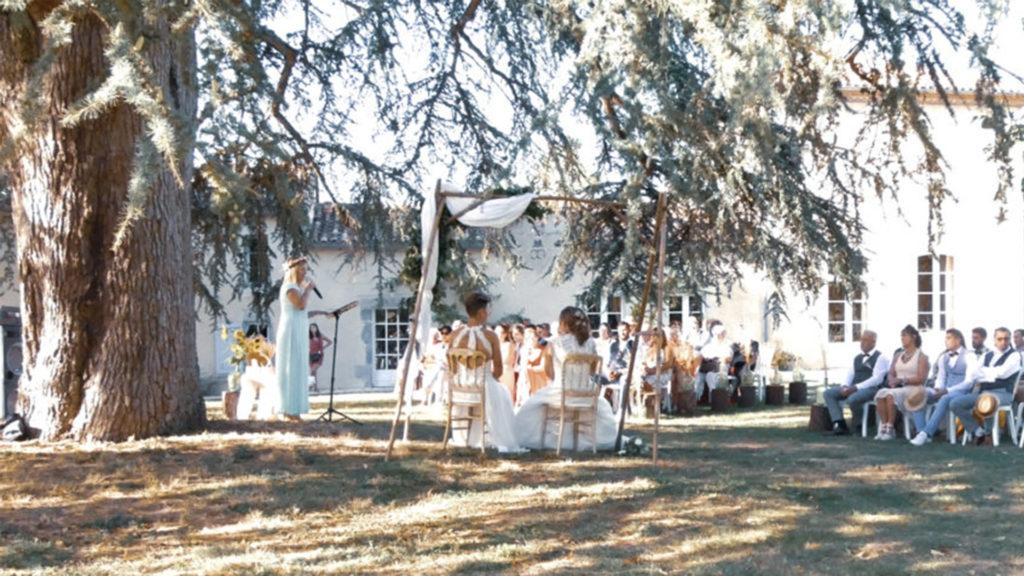 Cérémonie laïque symbolique sous arbre dans un parc
